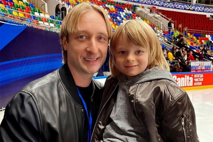 Сын фигуриста Евгения Плющенко Александр продолжает тренировки со сломанной рукой