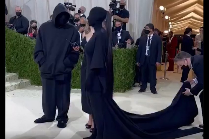 Модель Кардашьян шокировала всех, появившись на Met Gala в чёрных одеждах с ног до головы