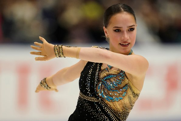 Олимпийская чемпионка Алина Загитова показала утреннее селфи без мейкапа