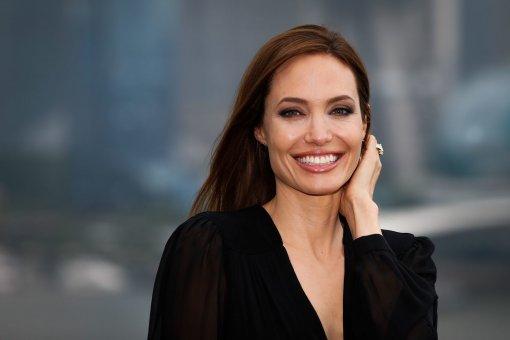 Актриса Анджелина Джоли засветилась в объективе папарацци в стильном образе