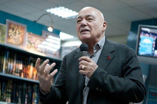 Телеведущий Владимир Познер планирует взять интервью у Нурмагомедова в своей передаче