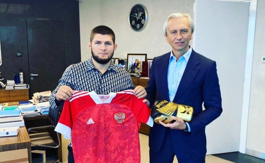 Боец Нурмагомедов похвастался футболкой сборной РФ, которую ему подарил глава РФС Дюков