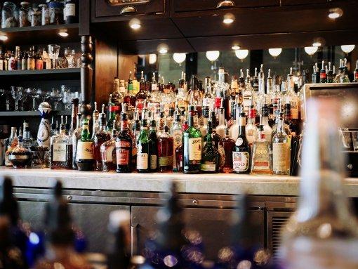 Главный нарколог Москвы Евгений Брюн назвал опасный для мужчин вид алкоголя