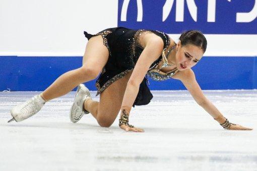 Олимпийская чемпионка Алина Загитова упала во время исполнения тройного флипа