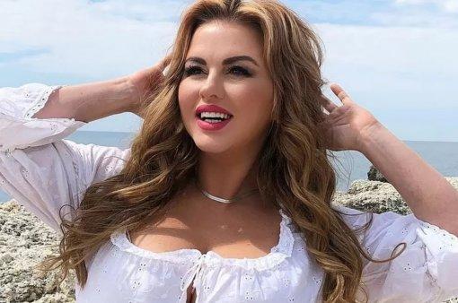 Певица Анна Семенович засветила роскошный бюст во время танца на яхте