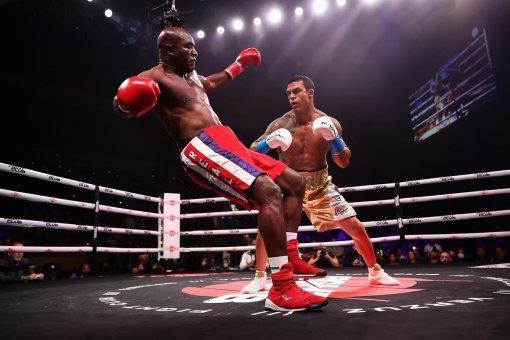 Экс-чемпион мира по боксу Эвандер Холифилд проиграл бойцу MMA Белфорту нокаутом в первом раунде
