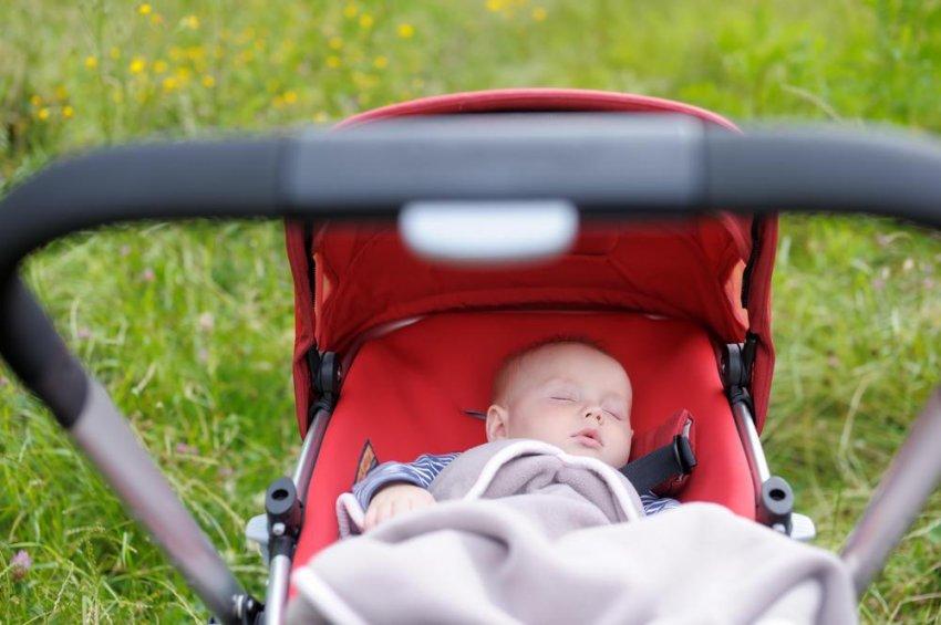 Врач Комаровский опроверг необходимость катания ребенка в коляске во время сна на воздухе