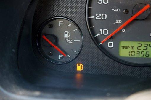 Автолюбителям в РФ объяснили, какая манера вождения автомобиля поможет сэкономить бензин