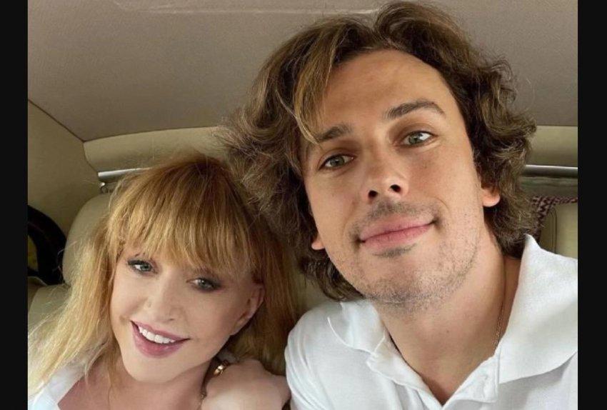 Певица Алла Пугачева в костюме с эффектом стройности вышла на красную дорожку сериала «Вертинский» с мужем
