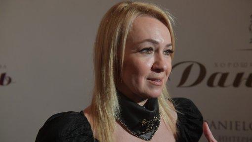Продюсер Яна Рудковская отравилась в путешествие в платье, но без макияжа и прически на частном самолёте