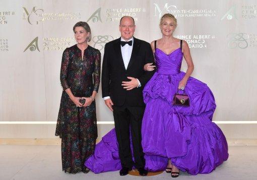 Актриса Шэрон Стоун в необычном платье-одеялке очаровала князя Монако Альбера II