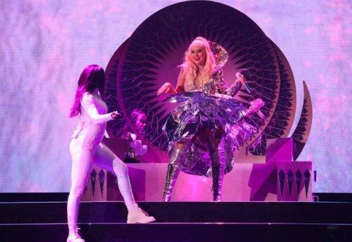 Певица Кристина Агилера возмутила поклонников в откровенном наряде  из-за фотошопа