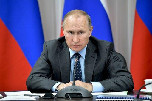 Пресс-секретарь Дмитрий Песков сообщил, что зараженные COVID-19 в окружении Путина не прошли повторную вакцинацию вовремя
